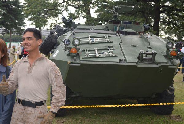 観閲式に沖縄から参加した米海兵隊は軽装甲機動車LAVを展示。隊員らが観客と撮影に応じた。