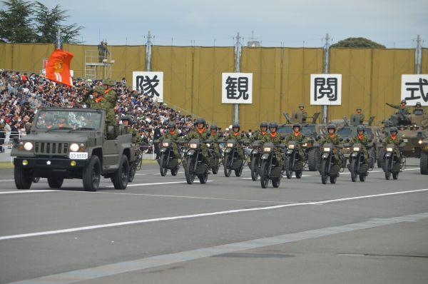 自衛隊の車両約260両による「観閲行進」。偵察部隊はオートバイで現れた。