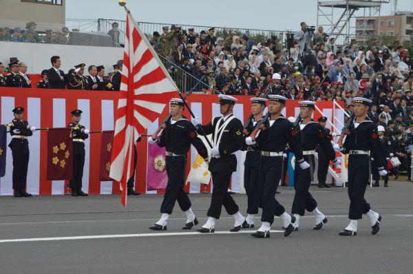 陸自が仕切る今年の観閲式で、海自は1部隊が行進。自衛艦旗である旭日旗を掲げた。