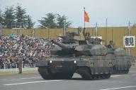戦車部隊22両が地響きと黒煙の中を行進した。先頭は陸上自衛隊で最新の「10式」=2018年10月14日、埼玉県朝霞市の陸自朝霞訓練場。藤田直央撮影
