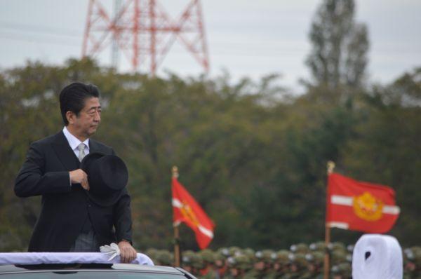 再び今年の観閲式。整列した部隊を車上から巡閲する安倍晋三首相=藤田直央撮影
