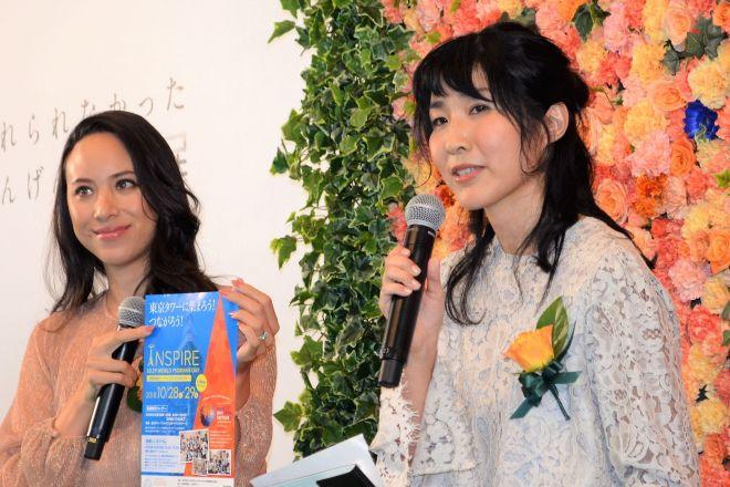 乾癬の啓発イベントで話す山下織江さん(右)。イベントでは乾癬であることを公表したモデルの道端アンジェリカさんと共演しました=10月5日、東京都港区