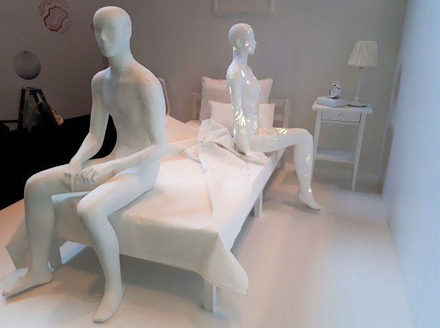 乾癬の啓発アートイベント「ふれられなかったにんげんもよう展」(ヤンセンファーマ主催)での展示。相手の反応や本音が気になり、性的な関係を持つことを避けてしまう乾癬患者をイメージしています。フラッシュ撮影すると、乾癬をイメージした模様が浮かび上がりました
