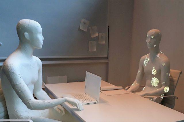 とある会議をイメージした展示。仕事に集中するほど無意識に患部を触ってしまい、ふとした瞬間、そのことに気づきます。そして皮膚片が落ちていないか、乾癬であることが知られてしまったのか不安になるといいます