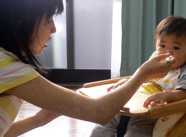 長男が産まれ、治療を放棄したため、腕にも乾癬の症状が現れました=2007年、山下さん提供