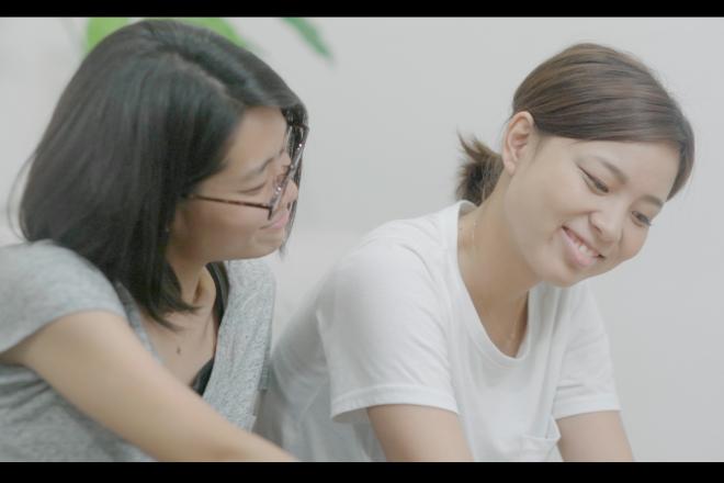 手話サークルで出会った2人の女性が主人公。映画「虹色の朝が来るまで」より=JSLTime提供