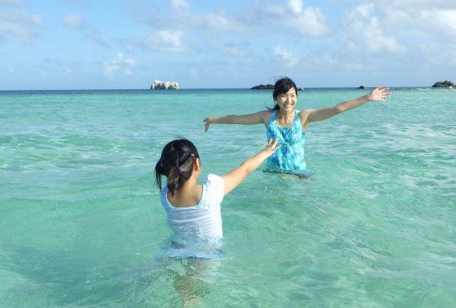 注射療法を受け、症状が改善したため、家族と海で楽しめました=2017年、山下さん提供
