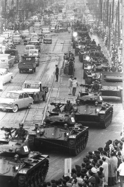 1958年11月、自衛隊観閲式に続き銀座・数寄屋橋付近の外堀通りを行進する陸自の戦車の列。米軍から払い下げられたM24軽戦車チャーフィーだ。