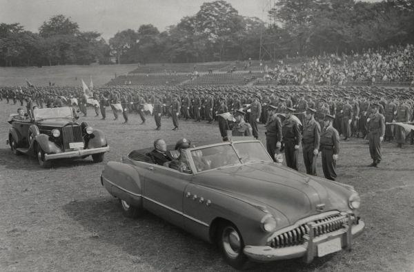 1952年10月、陸上自衛隊の前身にあたる保安隊の観閲式。保安隊を管理する保安庁の初代長官を兼ねた吉田茂首相が巡閲した。先頭のオープンカーの座席左端にその姿がある。