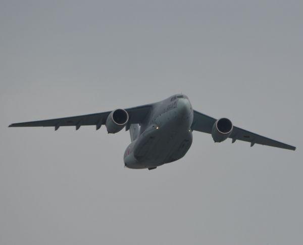 陸海空自衛隊の航空機約40機による「観閲飛行」に参加した自衛隊最大の輸送機、空自のC2。