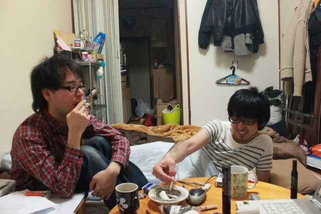 大学生時代の上野さん(左)と居候先になっている先輩の金子怜史さん=上野さん提供