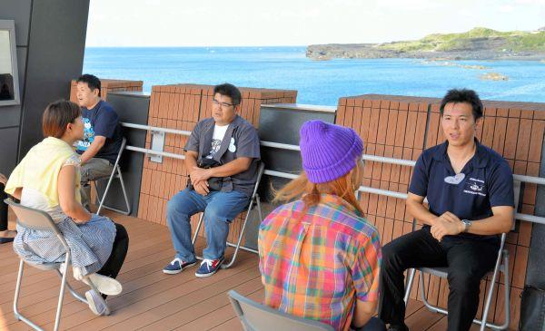 「島コン」は、太平洋を見渡せるテラスでの自己紹介で始まった=9月14日、東京都三宅村