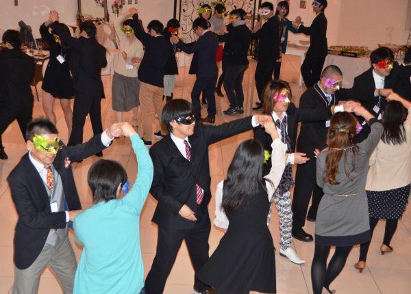 「仮面舞踏会」を楽しむ参加者たち=鳥取市富安1丁目のヴェルージュ
