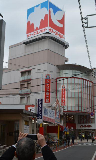 「サトーココノカドー」に張り替えられたイトーヨーカドーの看板=2017年、埼玉県春日部市