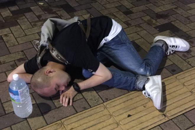 夜遊びで荒れていた2016年夏ごろ、都内の路上で寝そべる上野鷹秋さん=上野さん提供