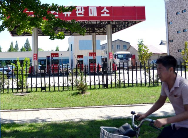 平壌市内のガソリンスタンド。深夜まで営業していた=2018年9月7日、峯村健司撮影