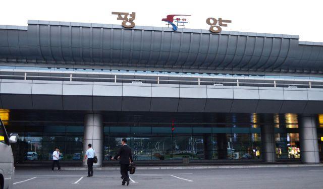 平壌国際空港のターミナルビル。2017年8月、この近くから中距離弾道ミサイルが発射されて日本上空を越えた=2018年9月6日、峯村健司撮影