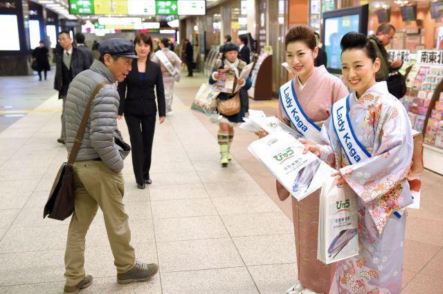 さいたま市のJR大宮駅で観光パンフレットを配る「レディー・カガ」のメンバーら=2015年2月17日、筋野健太撮影