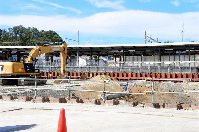 JR加賀温泉駅では、北陸新幹線延伸に向けて工事が進められている=2018年10月、石川県加賀市作見町