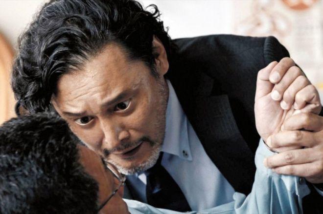 「どんな手をつかってもいい。加賀に新幹線を止めるんだ」と部下に詰め寄る加賀市新幹線対策室室長・加賀停太郎=石川県加賀市提供