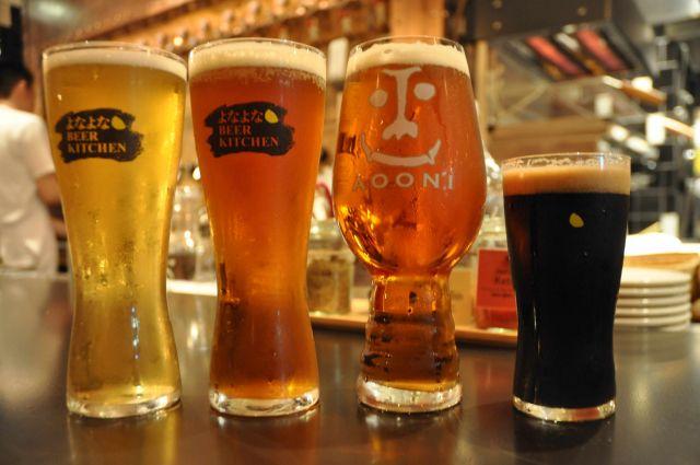 ヤッホーブルーイングの「クラフトビール」。左から「水曜日のネコ」、「よなよなエール」、「インドの青鬼」、「東京ブラック」=東京・神田のYONA YONA BEER WORKS