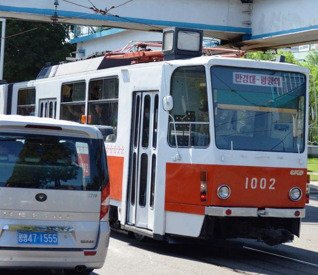 平壌市内を走る路面電車。通勤時は満員だ=2018年9月7日、峯村健司撮影