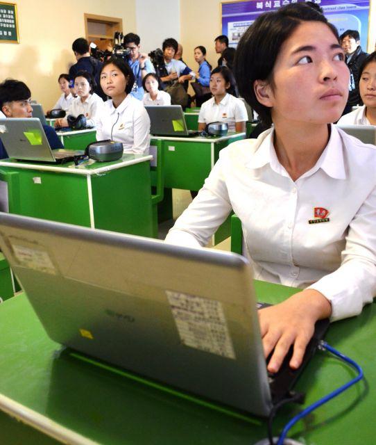 平壌教員大学で学ぶ学生たち。一人一台パソコンを持っていた=2018年9月7日、峯村健司撮影