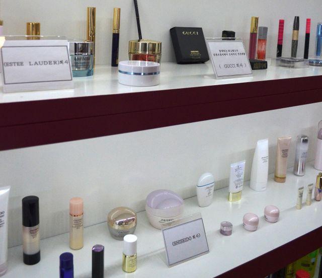 金正恩氏がサンプルとして提供したという資生堂やグッチなどの外国ブランドの化粧品=2018年9月8日、峯村健司撮影