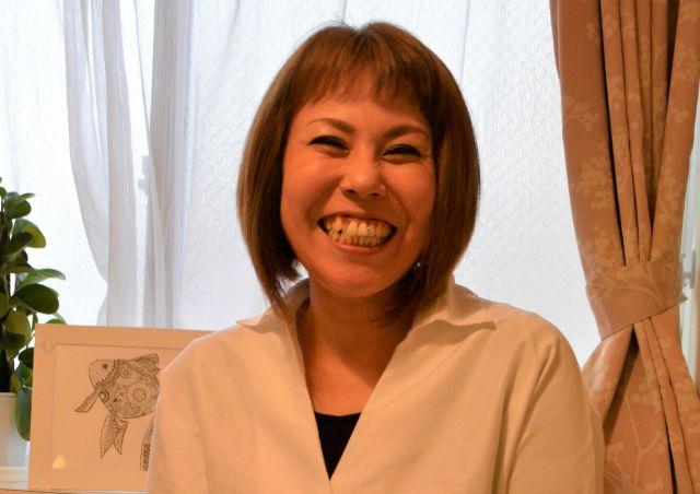 元村祐子さん。大阪市で生まれ、育つ。発達障害のある人を支援する一般社団法人「UnBalance(アンバランス)」(info@unbalance.main.jp)の代表理事。ピアカウンセリングやバリアフリーイベントなどに取り組み、講演活動で全国を飛び回る。NHKEテレ「バリバラ」などテレビ番組や、ラジオ番組への出演も多い。