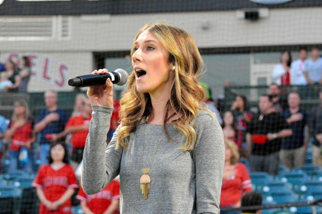 エンゼルスの本拠地で国歌を歌うダニエラ・シティーポさん=アナハイム