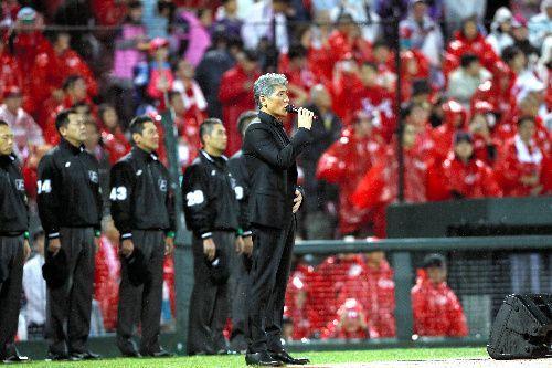 2016年のプロ野球日本シリーズ第1戦。試合開始前に国歌独唱をする吉川晃司さん=2016年10月22日、マツダスタジアム