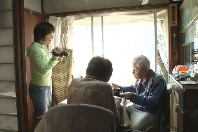 信友直子さんが家庭用ビデオカメラを買ったのは、2001年。大きなカメラでなく、片手に収まるようなカメラだからこそ迫れるものがある 🄫「ぼけますから、よろしくお願いします。」製作・配給委員会