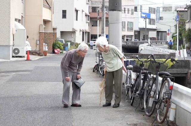 連れ添って60年。街を歩く夫婦の絆は、認知症になっても固い 🄫「ぼけますから、よろしくお願いします。」製作・配給委員会