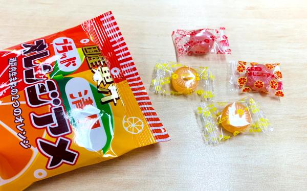 「清見ブラッドオレンジアメ」の個包装の「シークレット」(右)。カラフルなオレンジの柄になっている。