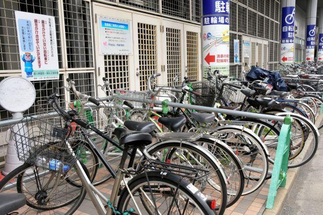 自転車が隙間なく並ぶ、ことでん瓦町駅周辺の駐輪場=高松市常磐町