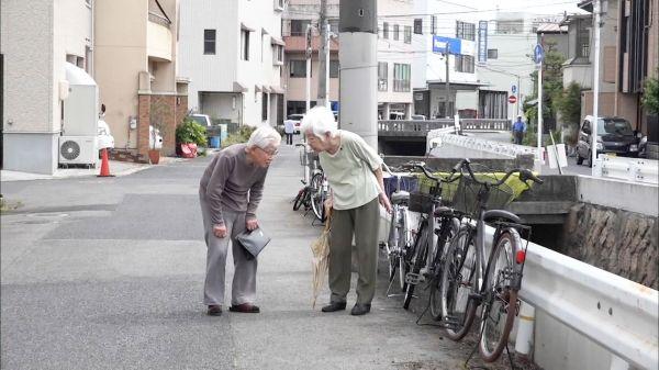 連れ添って60年。街を歩く夫婦の絆は、認知症になっても固い