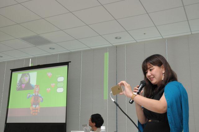 スマホで写した玉城さんの表情によって、スクリーン上のキャラクターが動きや表情を変える