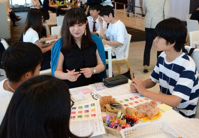 玉城さんも高校生に混じり、社会課題解決のアイデアを話し合った