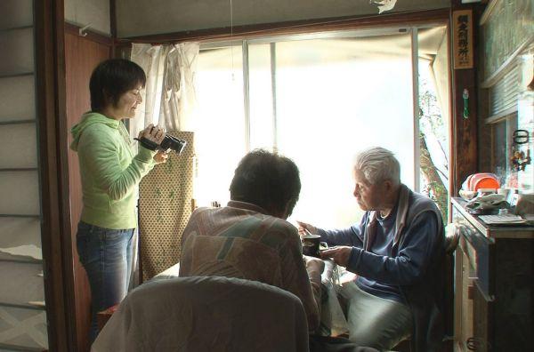 信友直子さんが家庭用ビデオカメラを買ったのは、2001年。大きなカメラでなく、片手に収まるようなカメラだからこそ迫れるものがある