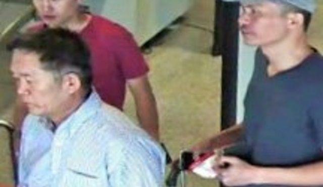 フォンに撮影話を持ちかけた「ミスターY」(右)と、その上司として登場した「ハナモリ」(左)。2人が一緒に歩く姿を、マレーシアの空港の監視カメラが記録していた=関係者提供