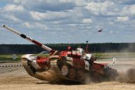 黒煙を吐き、砂ぼこりを舞い上げて走る戦車。40トンの鉄の塊が激走する姿は大迫力だ=中川仁樹撮影