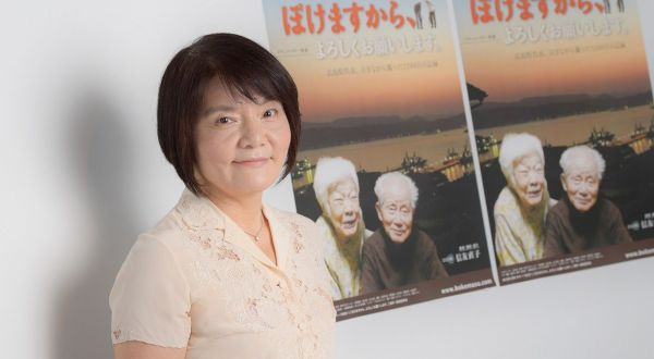 監督兼撮影兼語り、そしてひとり娘の信友直子さん。映画の上映館は、映画公式サイト(http://www.bokemasu.com/)を参照