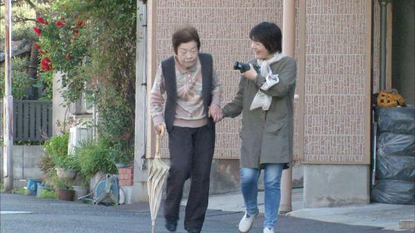 映画は、信友直子さんが家庭用ビデオカメラで撮り続けた