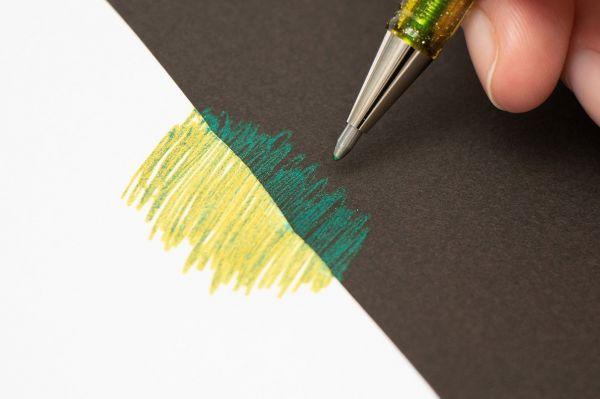 黒い紙と白い紙で書いたときに見え方が変わるボールペン「Hybrid Dual Metallic」