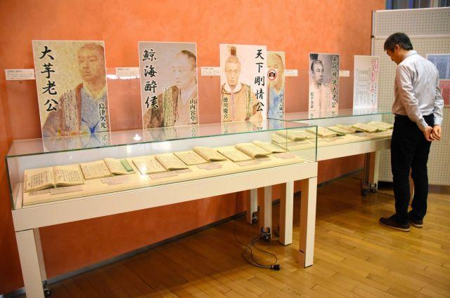 松平春嶽がやりとりした手紙の写しが並べられた展示=2018年10月2日、福井市下馬町、南有紀撮影
