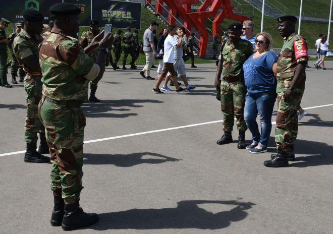 ジンバブエ軍の兵士と記念撮影をする観客。国際交流も大会の重要な目的の一つです=中川仁樹撮影