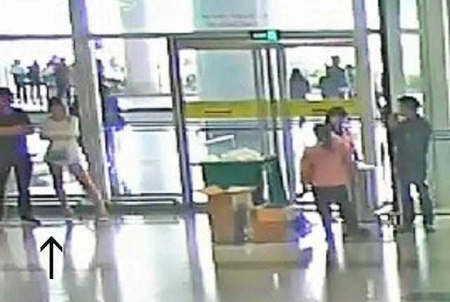 ハノイの空港で、いたずらの相手を探すフォンとミスターYとみられる人影(左の矢印)。空港の監視カメラが、その様子を記録していた=関係者提供