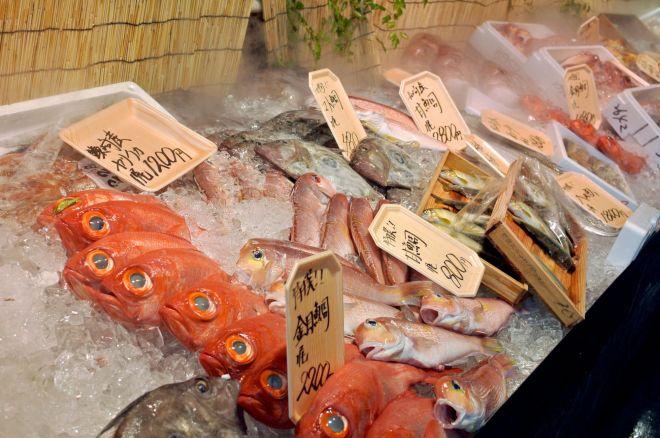 メインは鮮魚ですが、野菜や精肉、総菜、地元の特産品も扱っています
