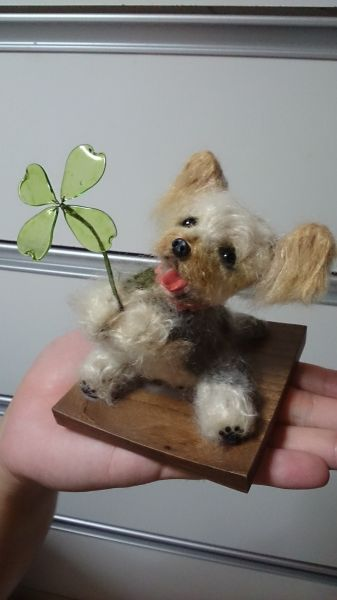 ゆきこさんの作品。オーダーに応じて羊毛で犬の人形を作っている。