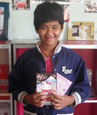 海外での養育里親も始めた。日本から届いた贈り物を喜んで見せるミャンマー人の13歳の女の子